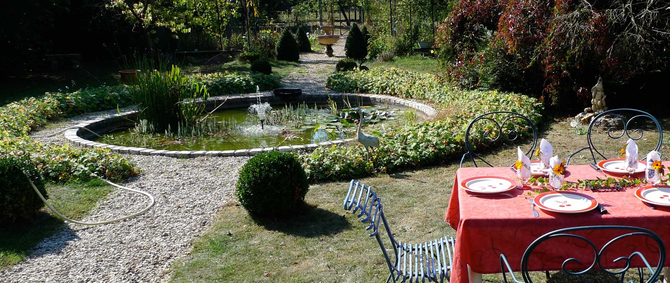 Le bassin du jardin, derrière le gite