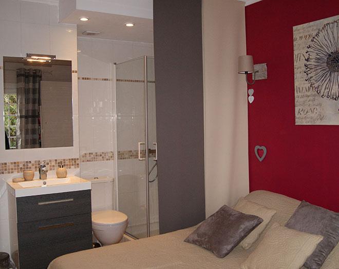 Chambre nature avec salle de bain et wc