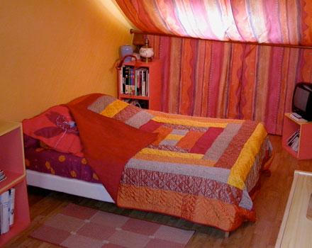 Chambre avec lit double sous les toits